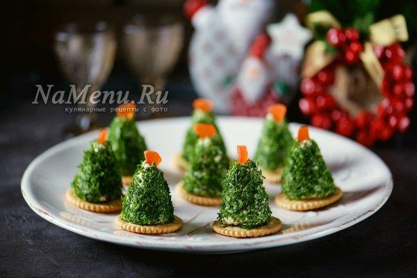 """Канапе """"Елочка"""" на крекерах на Новый Год, рецепт с сыром и ..."""