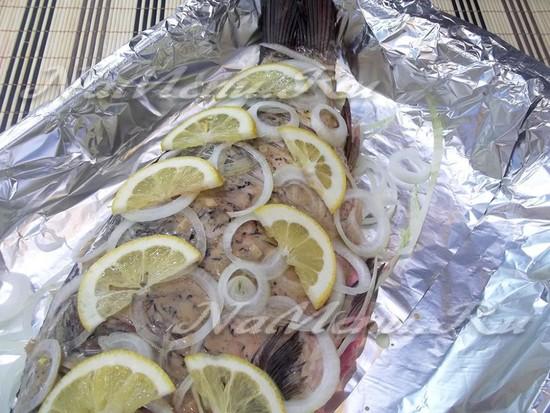 Карп запеченный на луковой подушке в духовке с лимоном ...