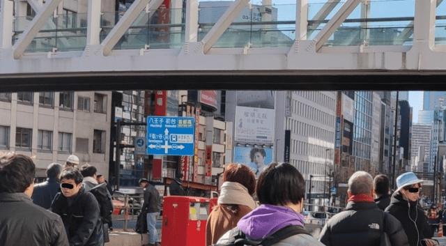 新宿駅南口で男性がマフラーで首吊り。ネットの声は