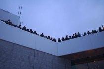 寒い中、日の出を待つ人で屋上は一杯。