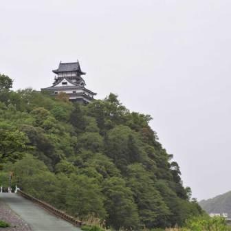 城の立つ右側は絶壁で木曽川が流れている