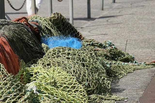 海洋ゴミのリサイクルが今大注目!漁網がサーフボードやサングラスに変身