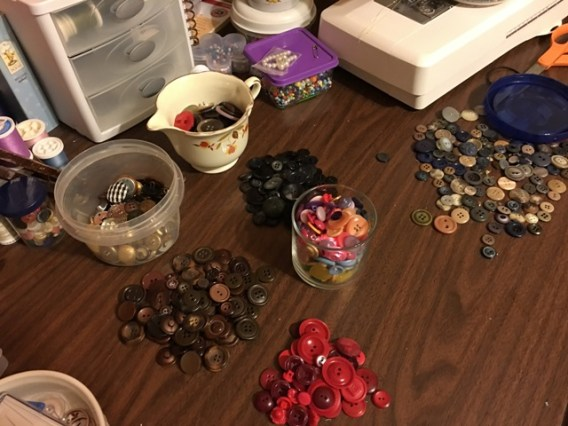 buttons piles