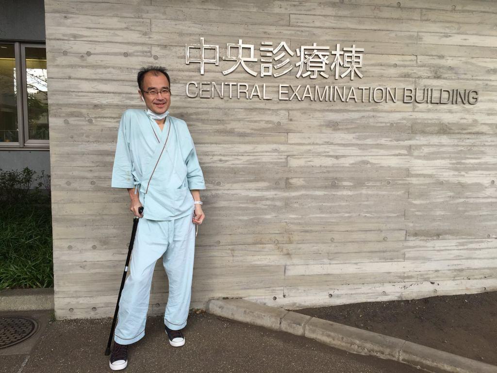 手術前に熊本医学部附属病院の前で撮影