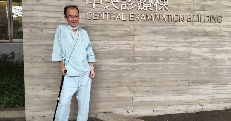 手術前に熊大医学部附属病院の前で撮影