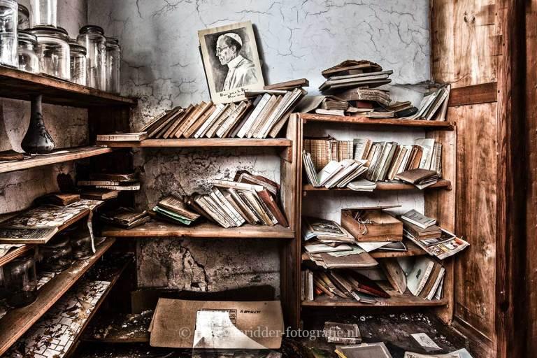 Manoir von Duchess, verlaten landhuis, urbexlocatie, boekenkast