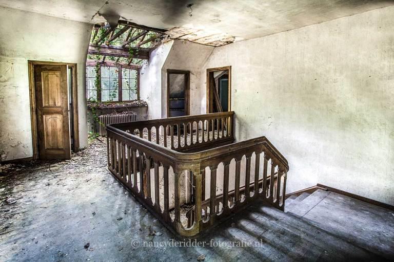 Villa SS, overloop, overgenomen door natuur, Urbexlocatie