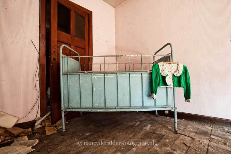Villa Sc, babyledikant, Urbexlocatie