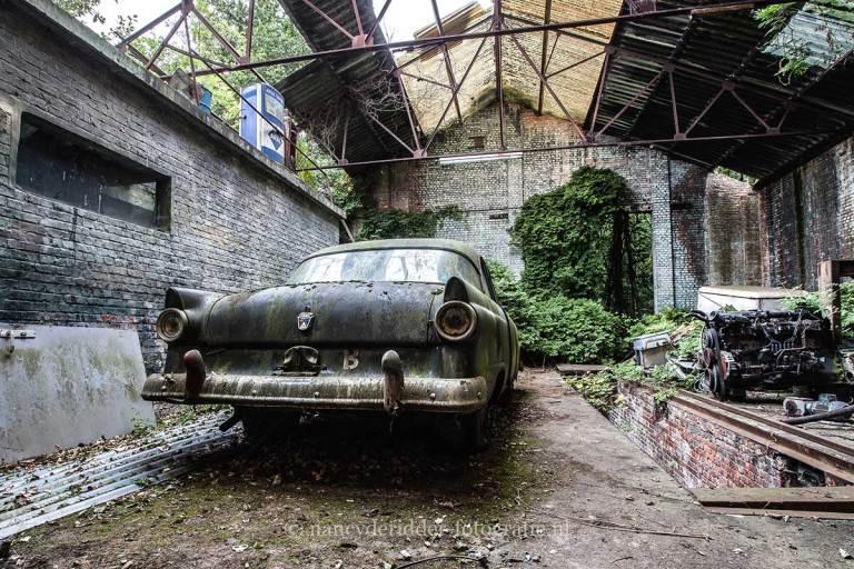 Ford Fairlane, benzinepomp, verlaten loods, Urbexlocatie