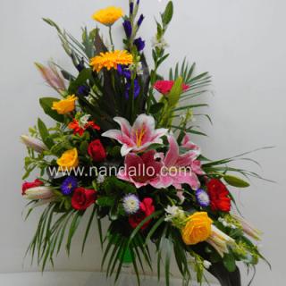 Copa con flores primaverales