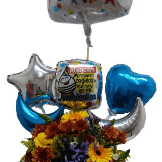 Florero de flores con globos