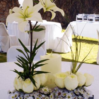 Centro de mesa con base de madera para boda