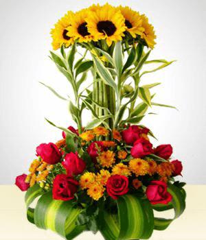 Arreglo floral original con girasoles y rosas