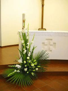 Arreglo para iglesia con flores blancas