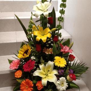Arreglo con flores primaverales