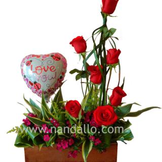 """Arreglo de rosas rojas con globo temático de 9"""""""