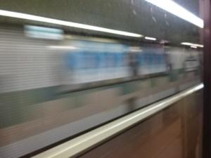 トンネル内にある駅を通過。コロニー内の列車?みたいだ