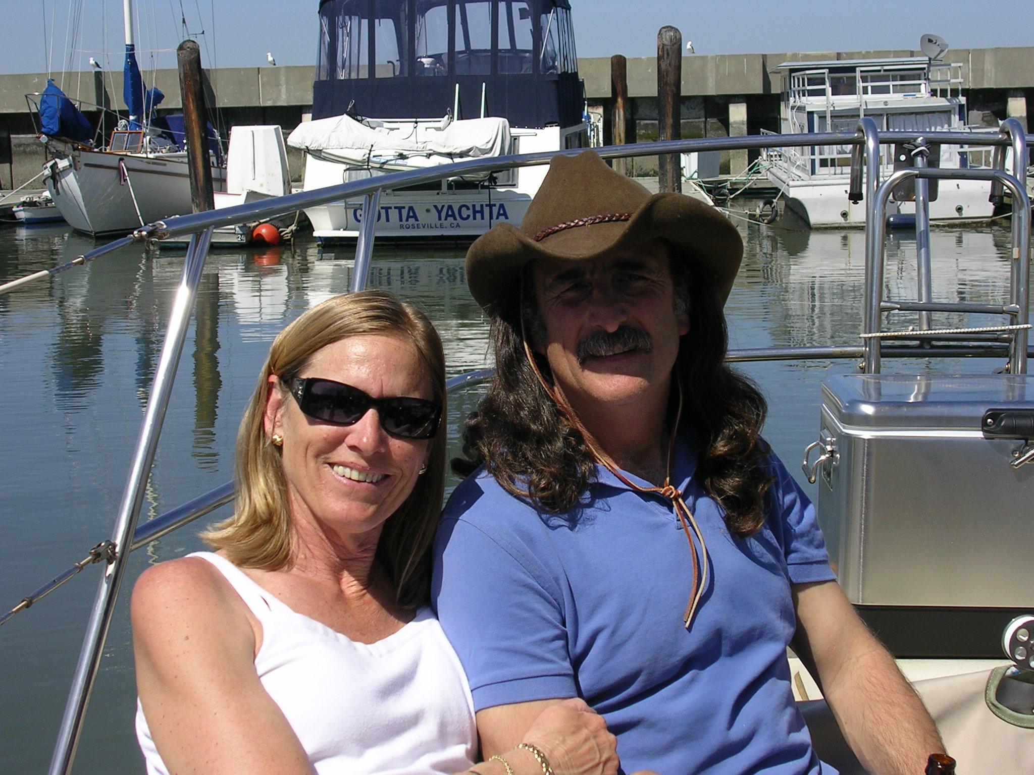 Rick Dawson vaimonsa Victorian kanssa oman veneensä kannella.