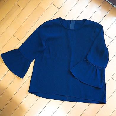 airCloset(エアクロ)から届いた服。紺色のフレアスリーブブラウス。