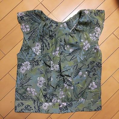 airCloset(エアクロ)から届いた服。グリーン系のボタニカル柄のブラウス