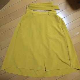 からし色でウェスト部分がリボンになっているスカート