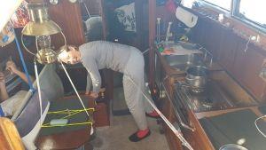Jag letar i skafferiet och kaptenen vilar i slingerkojen. Det rullade bra i ett par dagar