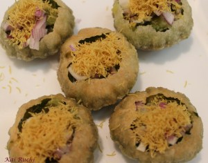 Gol gappe with sev and chutney filling