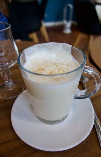 chai tea latte dans une tasse en verre