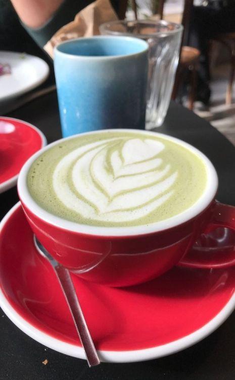 matcha latte décoré d'une feuille