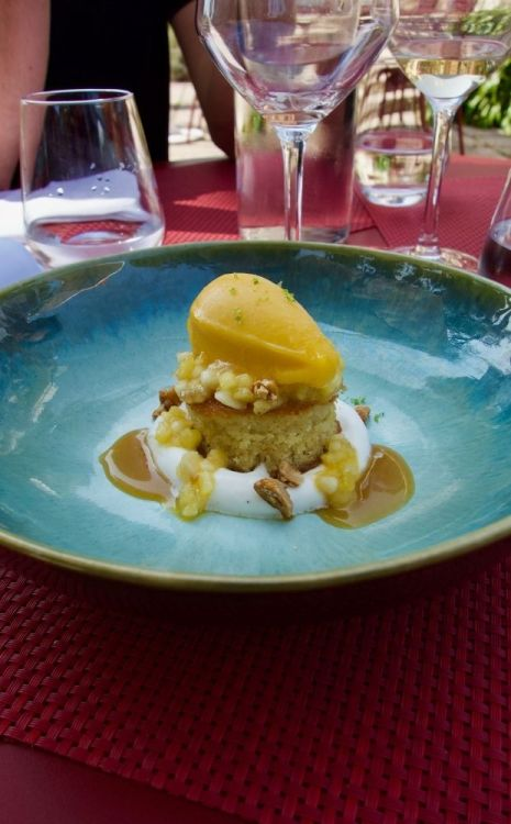 mirliton à la banane, crème légère vanillée et sorbet mangue/passion