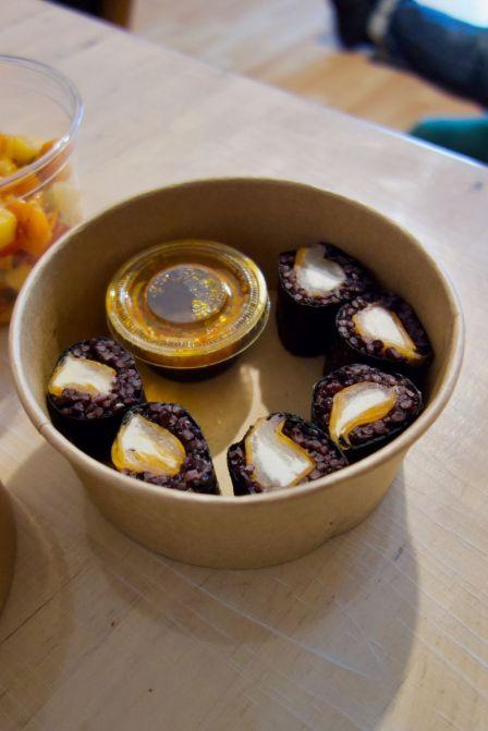 makis au riz vénéré, chèvre frais, courges, radis daikon et sauce au soja et satay