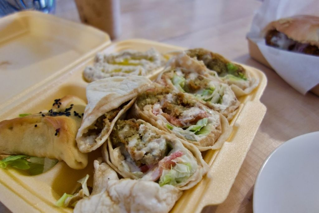 manaiche falafel, fatayer epinard et caviar d'aubergine