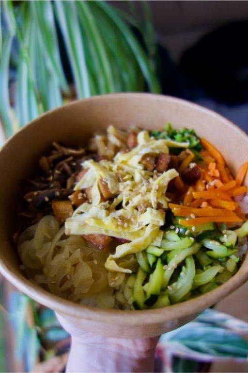 bibimbap carottes, concombres, oeuf, champignons, tofu, edamame et radis jaune