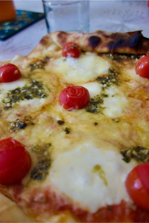 pizza mozzarella, burrata, tomates cerise, pesto vert et emmental