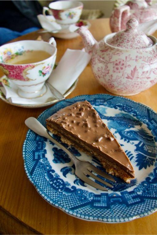 gâteau croquant au chocolat et thé vert sencha à la rose dans de la vaisselle à fleurs