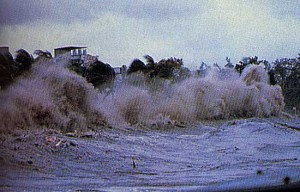 tsunami 300x192 Curiosidades: conheça o surfista que já surfou uma tsunami!
