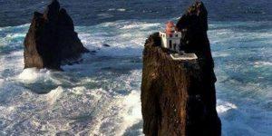 На севере диком стоит одиноко на голой вершине... маяк