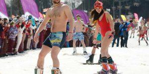 Около 2 тысяч человек спустились с горы в Сочи в купальниках и плавках