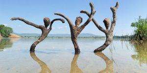 Забавные скульптуры из того, что прибило к берегу