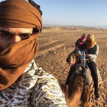 Rodrigo andando de camelo no deserto de Zagora, Marrocos.
