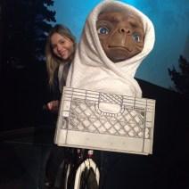 Amanda na bicicleta do filme E.T. no museu de cera Madame Tussauds em Londres