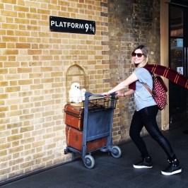 Amanda na Plataforma 9 ³/4 - King's Cross Station, Londres.