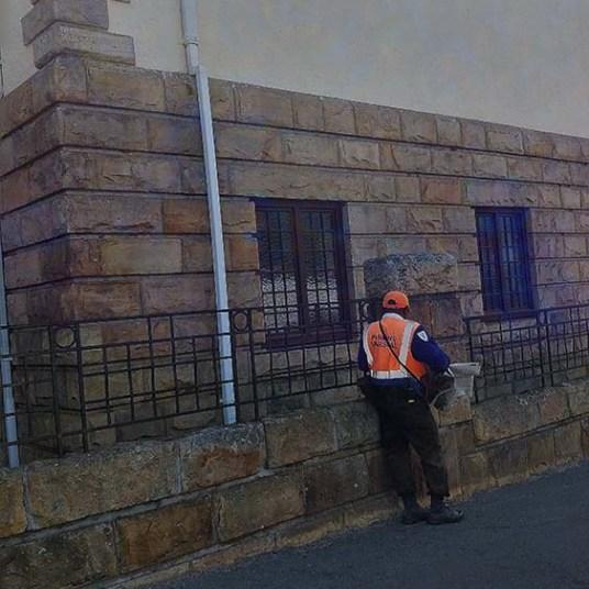 Funcionário do departamento de trânsito de Cape Town vestindo um colete laranja.