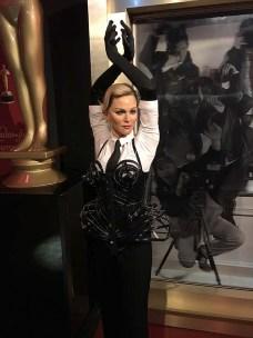 Madonna tá meio ultrapassada no museu... Acho que tá na hora de atualizarem a boneca dela.