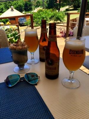 Duas garrafas de cerveja Eisenbahn em cima da mesa do restaurante Corveta em Fernando de Noronha.