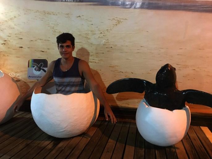 Rodrigo dentro de um ovo de tartaruga gigante no Projeto Tamar em Fernando de Noronha.