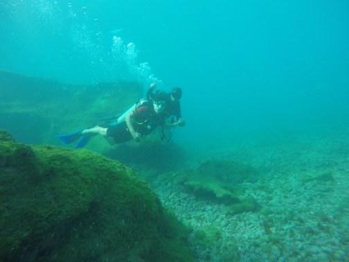 Henrique mergulhando com instrutor em Fernando de Noronha.