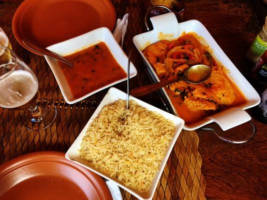 Mesa do Restaurante da Edilma em Fernando de Noronha com três pratos: pirão, arroz e tubarão ao molho.
