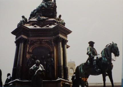 美術史美術館の前に建つ銅像