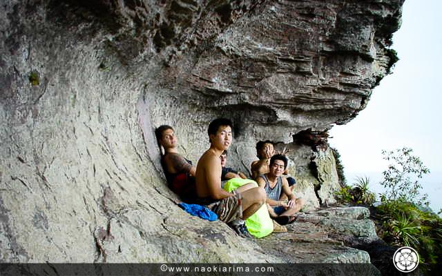 Kazunari, Chico, Daiti e Naoki na caverninha do Pudim (RS). 2002.